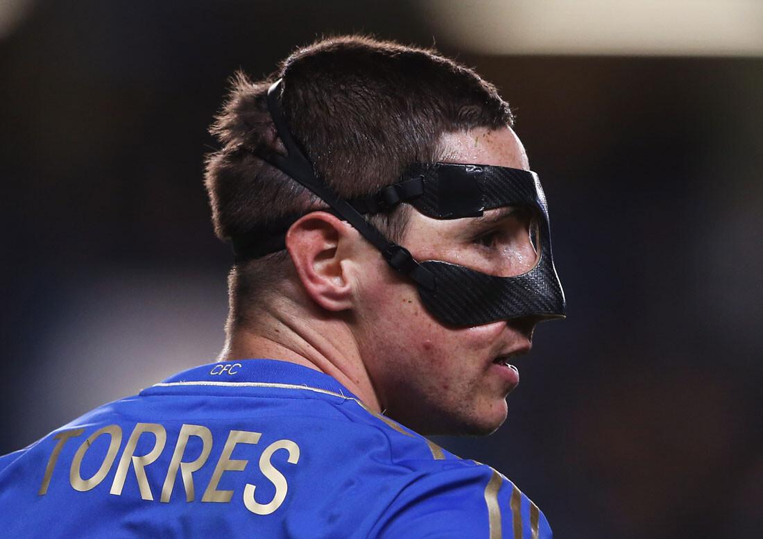 Futbolistas con máscara