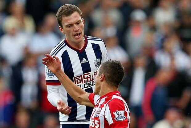 Afellay ve la tarjeta roja por darle un tortazo a un rival