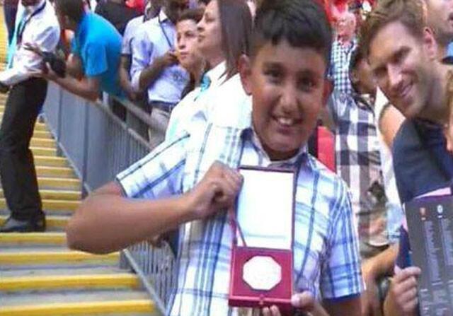 Mourinho regala su medalla de finalista a un aficionado del Arsenal