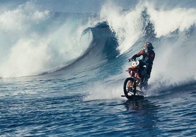 Robbie Maddison surfea con una moto en Tahití