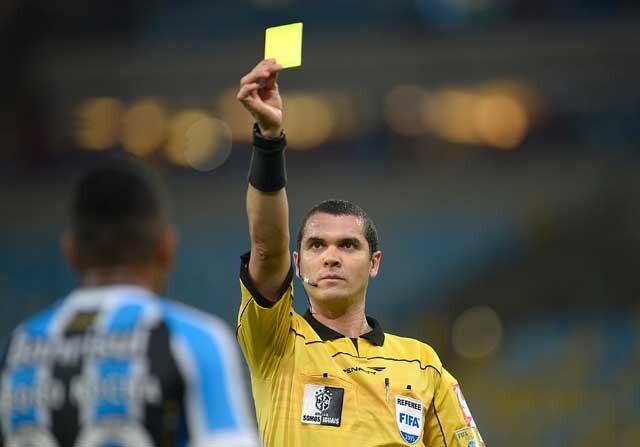Árbitro brasileño muestra tarjeta amarilla