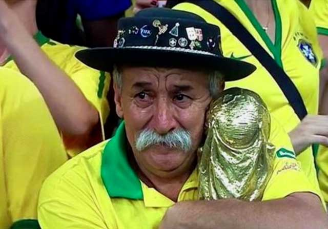 Gaucho Da Copa abrazado a la copa del mundo