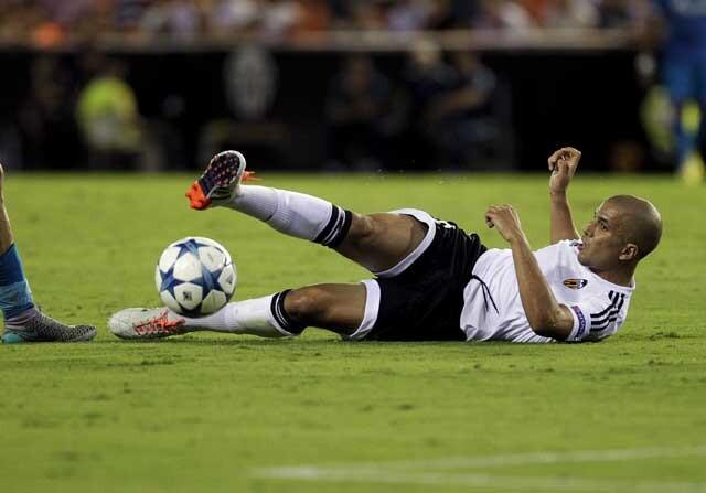 Jugador del Valencia intenta cortar un balon