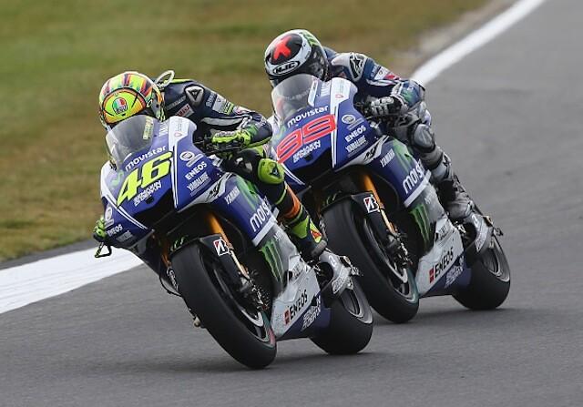 Valentino Rossy y Jorge Lorenzo en una carrera de moto GP