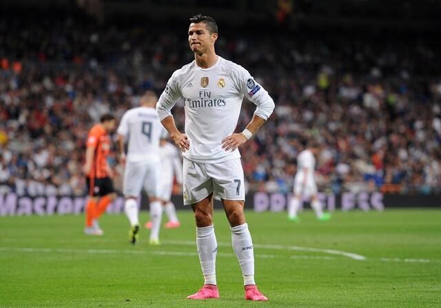 Cristiano Ronaldo se lamenta tras lanzar una falta