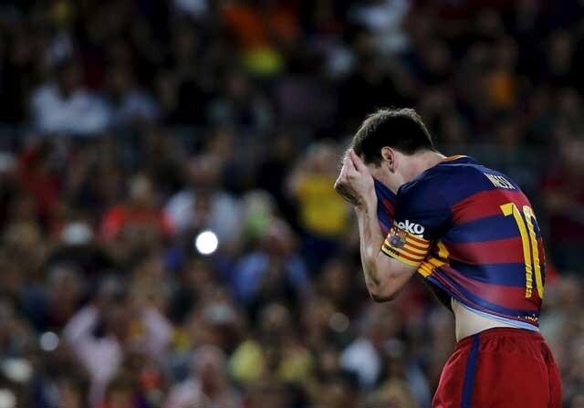 Leo Messi se lamenta tras fallar un penalti