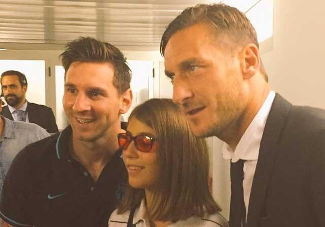 Leo Messi posando junto a una chica ciega