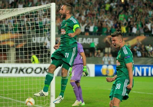 Jugadores de Rapid de Viena celebra un gol contra el Villareal