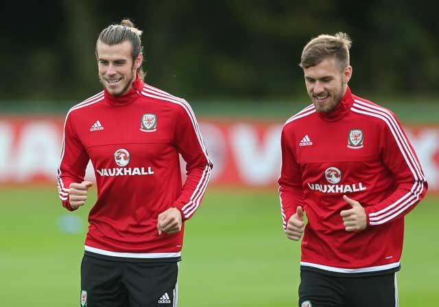 Gareth Bale y Aaron Ramsey en un entrenamiento con Gales
