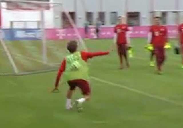 Plancha la pelota...¡con la espinilla! en el entrenamiento del Bayern