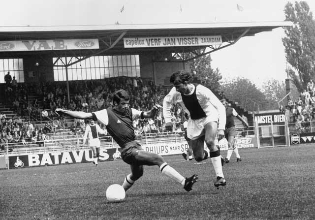Johan Cruyff regateando a un rival