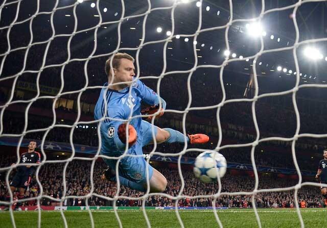 Manuel Neuer parando un balón