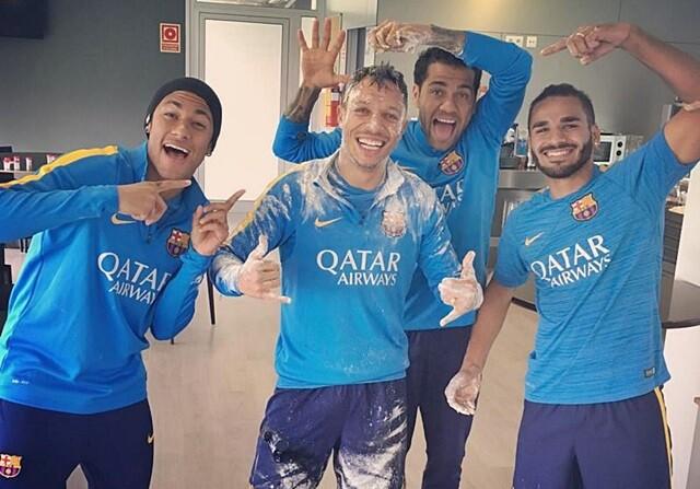 Neymar gasta una broma a Adriano en su cumpleaños