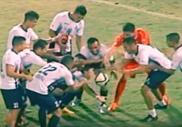 Cesar Martinez hace levitar un balón en una celebración