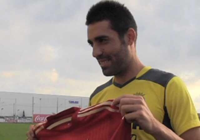 Bruno Soriano posa con la camiseta de la Selección