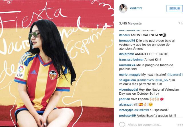 Kim Lim, con una bandera de España detrás de ella