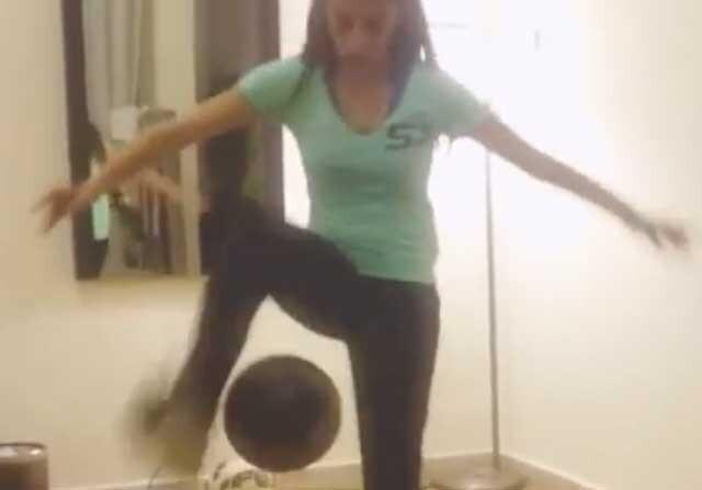 Lisa haciendo malabares con la pelota