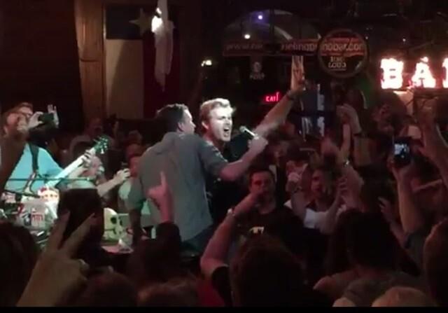 Nico Rosberg lo da todo en un karaoke