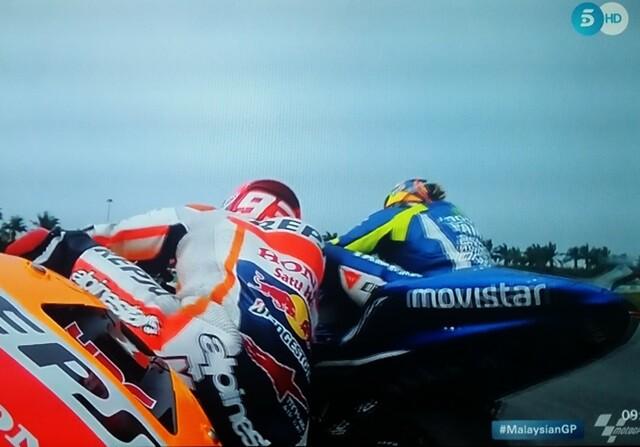 Rossi lanza una patada a Márquez en Malasia
