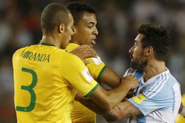Roce entre Lavezzi y Luiz Gustavo