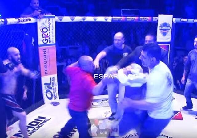 Anderson Dominguez pega al árbitro