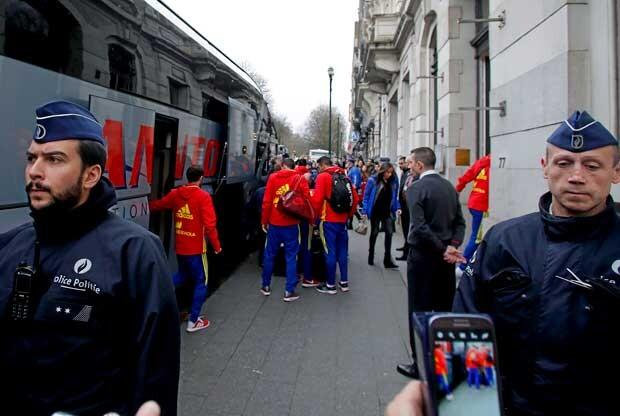 Policía belga recibe a la Selección española