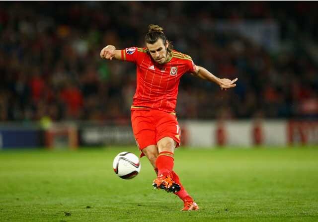 Gareth Bale tirando una falta con Gales