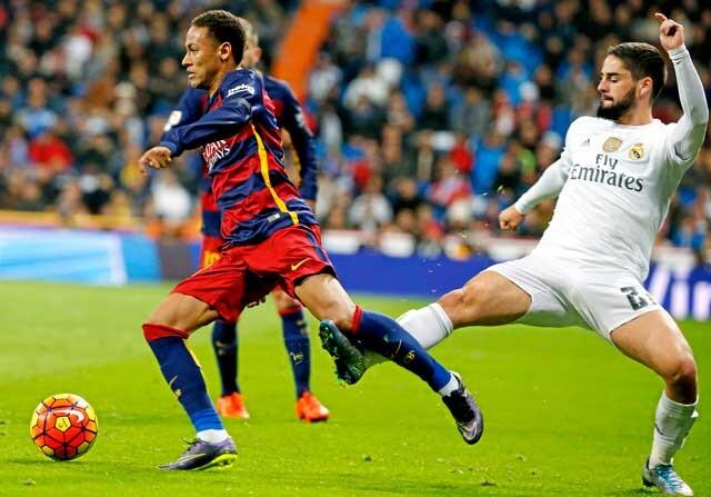 Isco da una patada a Neymar