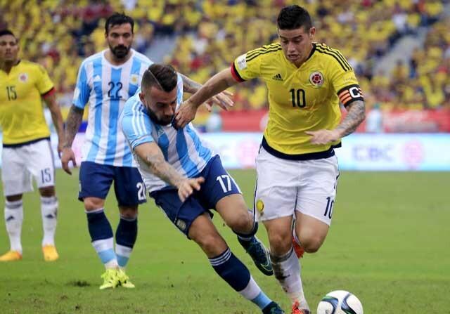 James y Otamendi en el Colombia-Argentina