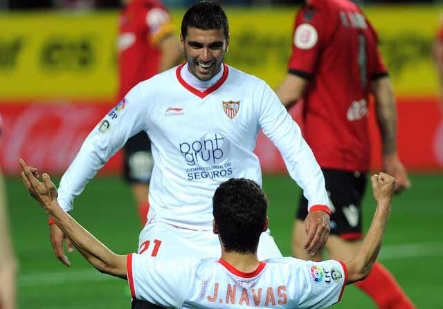 Jesús Navas celebra un gol con José Antonio Reyes