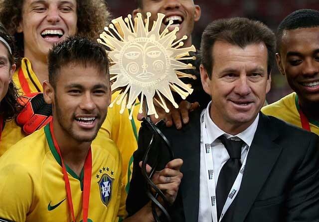 Neymar y Dunga celebrando un título