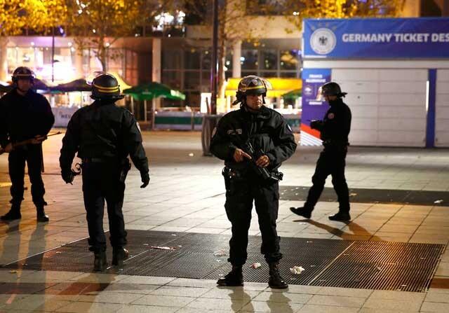 Policía francesa junto al Stade de France tras los atentados de París