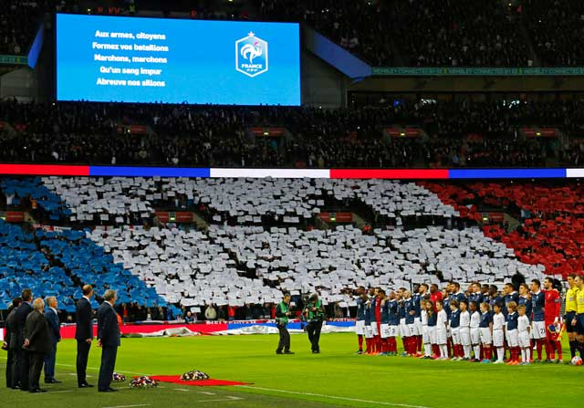 Estadios con la bandera de francia y la marsellesa