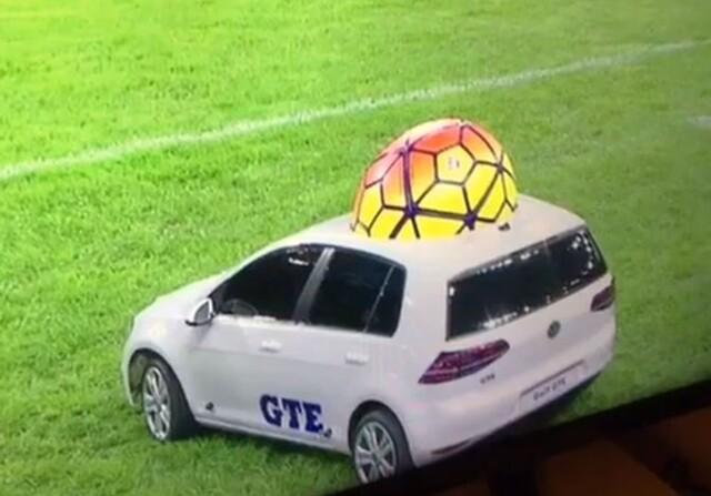Un VW Golf eléctrico lleva el balón en el Francia Alemania