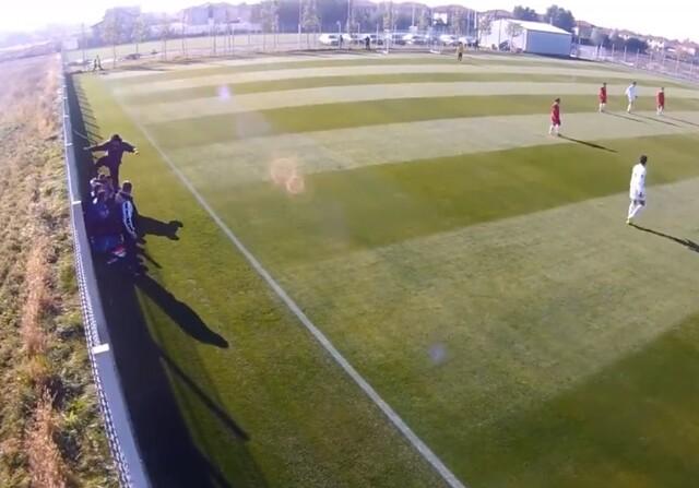 El entrenador Liviu Petrache pega y patea a uno de sus jugadores en Rumanía