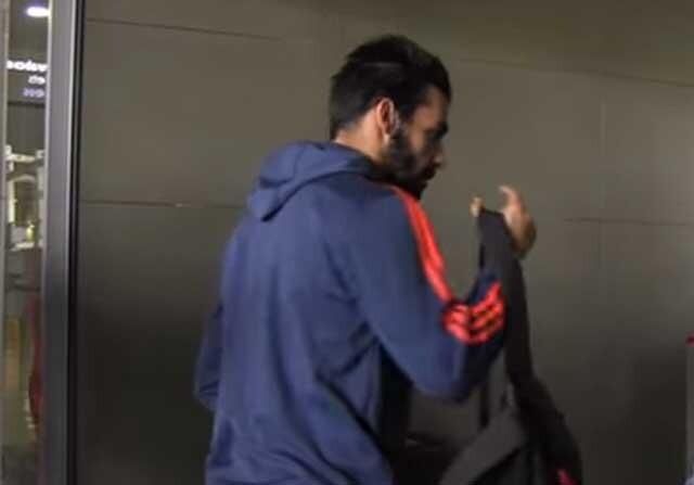 Álvaro Negredo embarcando en el avión