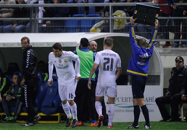 Denis Cheryshev siendo sustituido con el Real Madrid
