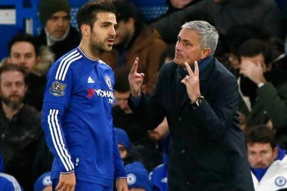 Cesc Fábregas recibe instrucciones de José Mourinho