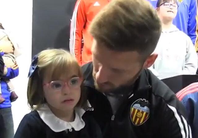 Mustafi con una niña