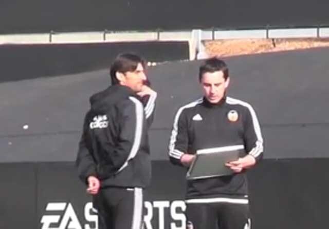 Gary Neville le explica un ejercicio a Miguel Ángel Angulo