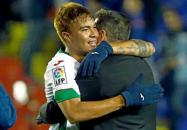 Adalberto Peñaranda se abraza con José Ramón Sandoval