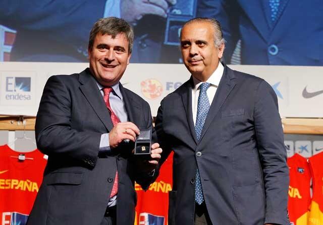 Miguel Cardenal entrega la insignia de oro a José Luis Sáez