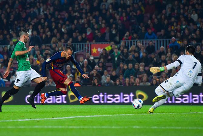 sandro jugador del barcelona durante un partido de copa del rey