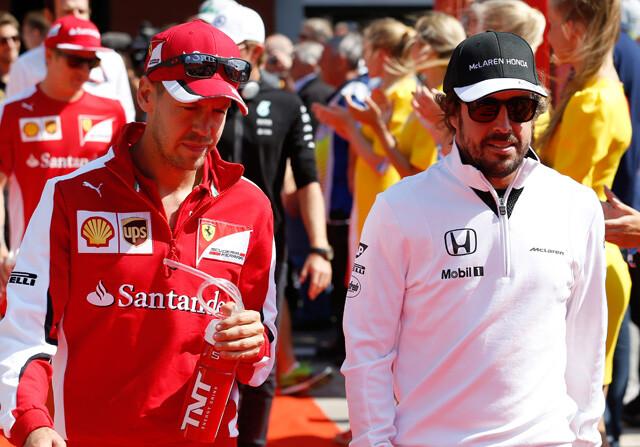 Vettel y Alonso pasean por el paddock