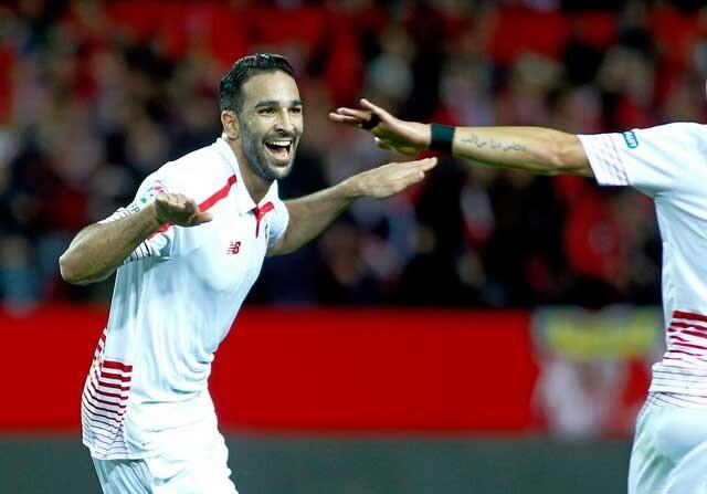 Adil Rami celebra un gol con el Sevilla
