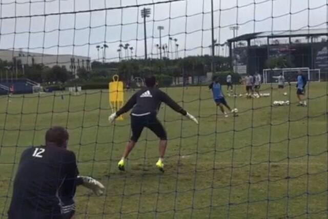 Andrea Pirlo gol en entrenamiento