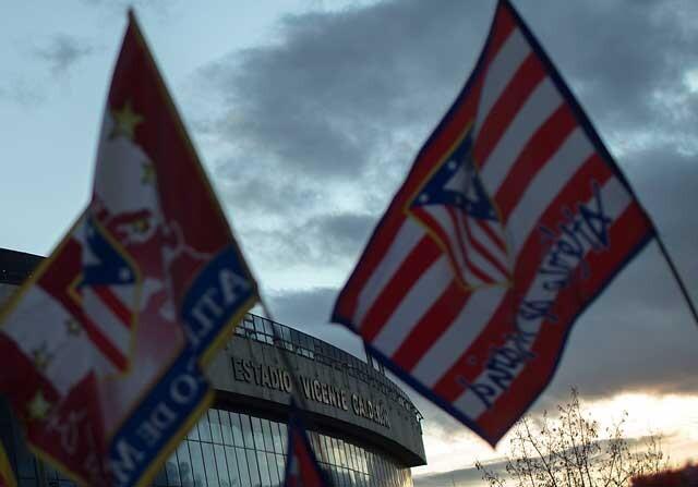 Banderas del Atlético de Madrid a las afueras del Vicente Calderón