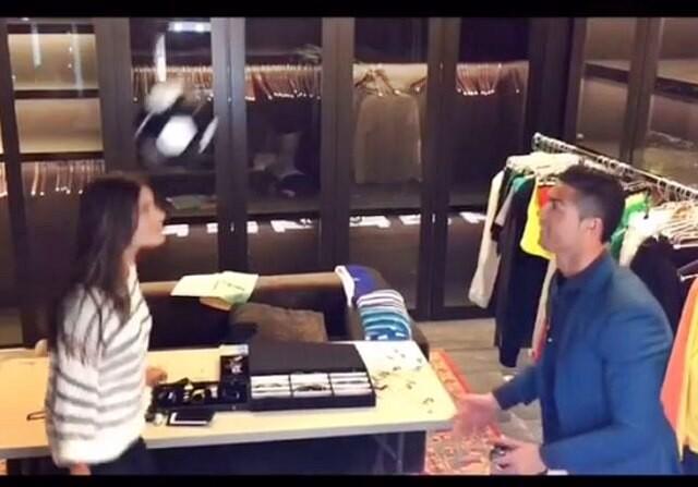 Cristiano Ronaldo y Alessandra Ambrosio dando toques a un balón