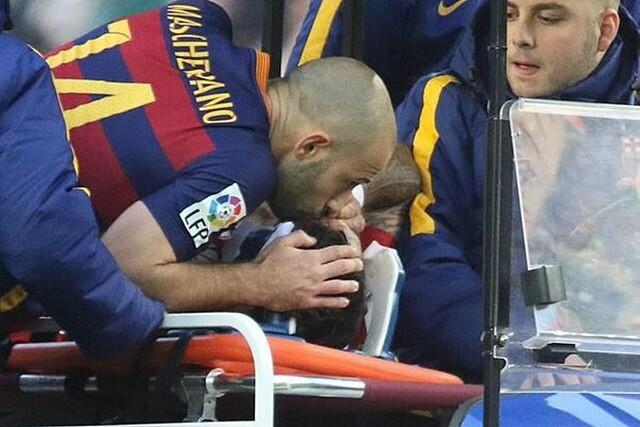 Javier Mascherano besa a Augusto Fernández