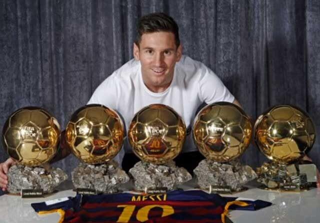 Leo Messi posa con sus cinco Balones de Oro